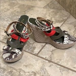 Super cute wedge with coral and snake print!